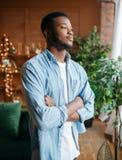 Uomo di colore con uno sguardo abile nel salone fotografia stock libera da diritti