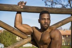 Uomo di colore senza camicia muscolare in parco fotografie stock libere da diritti
