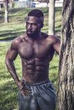 Uomo di colore senza camicia muscolare in parco immagini stock libere da diritti