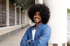 Uomo di colore sorridente con l'afro Fotografie Stock Libere da Diritti