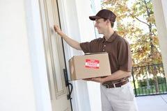 Uomo di consegna con il pacchetto fotografia stock libera da diritti