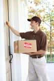 Uomo di consegna con il pacchetto immagini stock