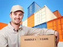 Uomo di consegna e contenitore variopinto Fotografia Stock Libera da Diritti
