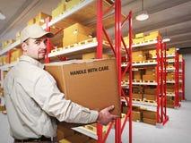 Uomo di consegna in magazzino Immagini Stock