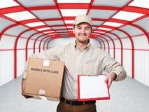 Uomo di consegna sul lavoro Immagine Stock