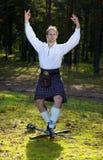 Uomo di Dancing in costume scozzese con la spada Immagini Stock Libere da Diritti