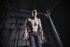 Uomo di esercizio del muscolo-su che fa allenamento adatto dell'incrocio fotografie stock libere da diritti