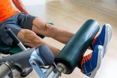 Uomo di esercizio di estensione della gamba all'allenamento della palestra Fotografia Stock Libera da Diritti