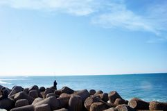 Uomo di finitura con la spiaggia a Tangeri fotografie stock