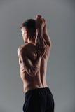 Uomo di forma fisica che allunga le mani Immagini Stock Libere da Diritti