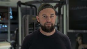 Uomo di forma fisica che cammina nella palestra archivi video