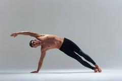 Uomo di forma fisica che fa allungando esercizio immagini stock libere da diritti