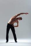 Uomo di forma fisica che fa allungando gli esercizi Fotografie Stock