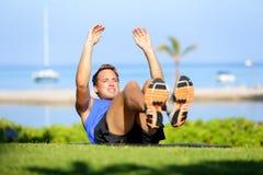 Uomo di forma fisica che fa esercizio di sedere-UPS per l'ABS Immagine Stock