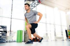 Uomo di forma fisica che fa gli esercizi di riscaldamento Fotografia Stock