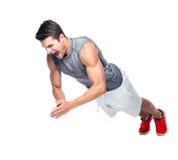 Uomo di forma fisica che fa gli esercizi sul pavimento Fotografie Stock Libere da Diritti