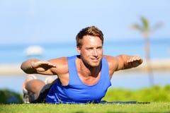 Uomo di forma fisica che prepara esercizio posteriore di estensione Immagini Stock