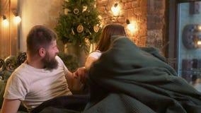 Uomo di frode che conforta la sua donna gridante a letto stock footage