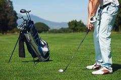 Uomo di golf del colpo di approccio Fotografie Stock