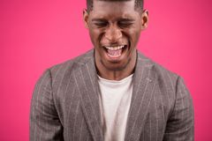 Uomo di grido di afro nei precedenti del pinck Immagine Stock