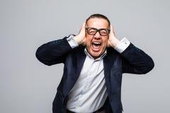 Uomo di grido che copre le sue orecchie sopra fondo bianco emozioni immagine stock libera da diritti