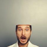 Uomo di grido spaventato con la testa aperta Fotografia Stock Libera da Diritti
