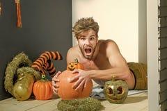 Uomo di Halloween con la bocca aperta e torso scoperto sul pavimento fotografia stock libera da diritti