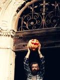 Uomo di Halloween con la zucca Immagini Stock Libere da Diritti