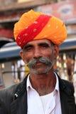 Uomo di Inidan che cammina al mercato di Sadar, Jodhpur, India Immagini Stock