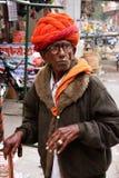 Uomo di Inidan che cammina al mercato di Sadar, Jodhpur, India Fotografia Stock Libera da Diritti
