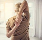 Uomo di invecchiamento che esegue allungando esercizio Immagine Stock Libera da Diritti