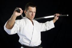 Uomo di karatè con i katanas Fotografie Stock