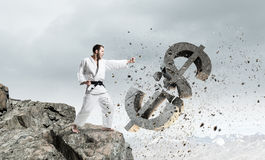 Uomo di karatè in kimino bianco Fotografia Stock Libera da Diritti