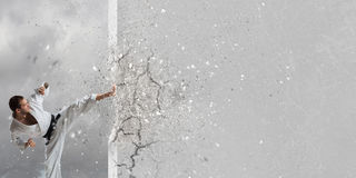 Uomo di karatè in kimino bianco Fotografie Stock Libere da Diritti
