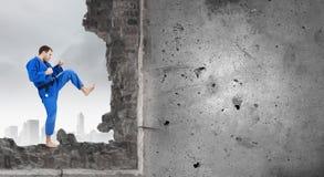 Uomo di karatè in kimino blu Fotografie Stock