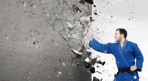 Uomo di karatè in kimino blu Fotografia Stock