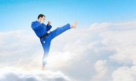 Uomo di karatè in kimino blu Fotografia Stock Libera da Diritti