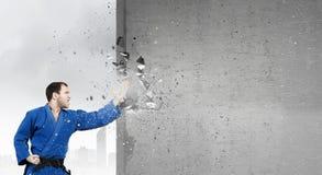 Uomo di karatè in kimino blu Immagini Stock Libere da Diritti