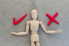 Uomo di legno con il giusto e simbolo sbagliato Immagine Stock Libera da Diritti