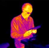 Uomo di lettura infrarosso Immagine Stock