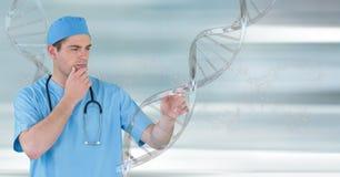Uomo di medico che sta con il filo del DNA 3D Fotografia Stock Libera da Diritti