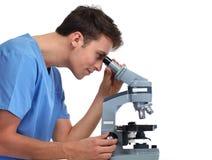 Uomo di medico con il microscopio Immagine Stock Libera da Diritti