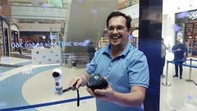 Uomo di medio evo che collauda nuovo ingranaggio VR 360 2017 macchine fotografiche di versione nel deposito di marca di Samsung archivi video