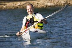 Uomo di Medio Evo che Kayaking Fotografie Stock Libere da Diritti