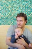 Uomo di medio evo con il suo piccolo figlio Fotografie Stock Libere da Diritti