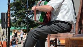 Uomo di melodia della fisarmonica stock footage