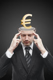 Uomo di mentalità aperta con l'euro segno dell'oro 3d all'interno Fotografia Stock