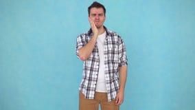 Uomo di mezza età con i problemi e dolore della mandibola o mal di denti acuto stock footage