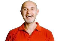 Uomo di mezza età di risata non rasato in una maglietta rossa studio Isolante Fotografia Stock