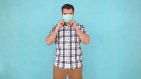 Uomo di mezza età facendo uso di una maschera medica durante l'epidemia video d archivio